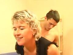 Русская домохозяйка трахается с молодым пареньком