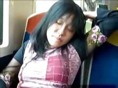 Азиаточка играет пальчиками в поезде