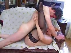 Zhenwina v vozraste s junym ljubovnikom