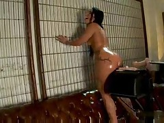 Брюнетку секс машиной глубоко