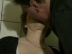 Babushka zabavljaetsja s seks igrushkami