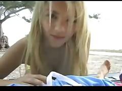 Дрочит парню на пляже