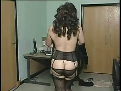 Секретарша сняла с себя одежду