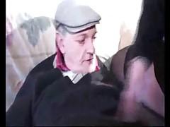 Дедушка хочет чтобы они сняли свои трусики