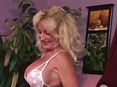 Zrelaja blondinka v bel'e