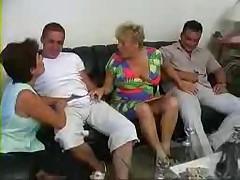 Babushka trahaetsja na molodezhnoj vecherinke