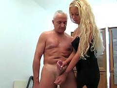 Блонда с большими сиськами отсасывает старику