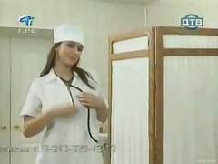Молодая русская медсестра демонстрирует свои сиськи пациенту