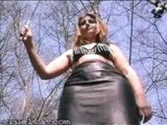 Госпожа издевается над сексрабом на публике