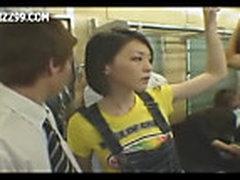 Девушка в поезде развлекает парня