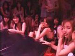 Gruppa nevinnyh devushek izuchajut muzhskoj chlen