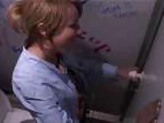 Blondinka v tualete kluba cherez dyrku