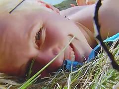 Девченка мастурбирует на природе